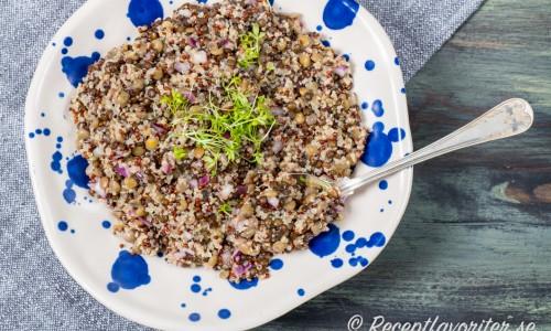 Quinoa och linssallad är gott som tillbehör