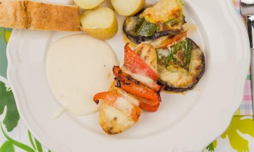 Quorn toppad med paprika samt en pepparrotssås serverad med kokt potatis, gratäng och sesambröd.