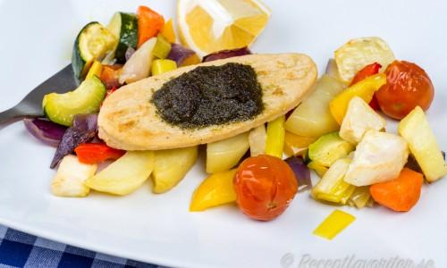 Quorn med med pesto och grönsaker på tallrik