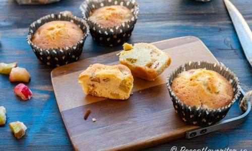 Rabarbermuffins blir härligt sötsyrliga i smaken.