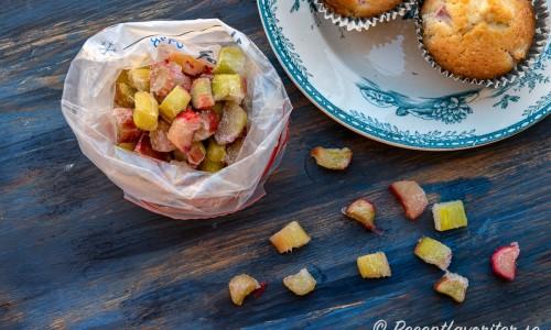Jag bakade muffinsen med fryst rabarber men det går även utmärkt med färsk rabarber.