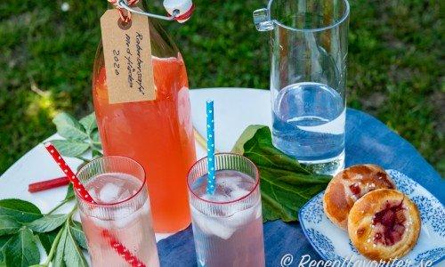 Rabarbersaft med fläder i flaska och glas till fika
