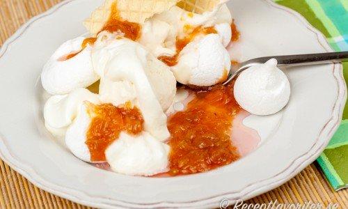Marängsviss med smält rabarbersås istället för chokladsås - vispad grädde, glass och maränger är med såklart.
