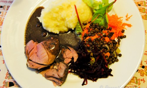 Rådjursstek med rödvinssås, potatismos, kokta puylinser, råriven rödbeta och morot samt mangoldskott.