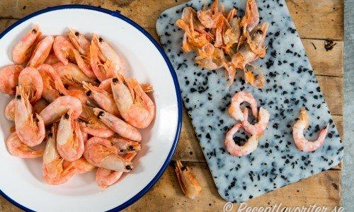 Spara räkskalen och koka en god fond till sås, risotto eller soppa
