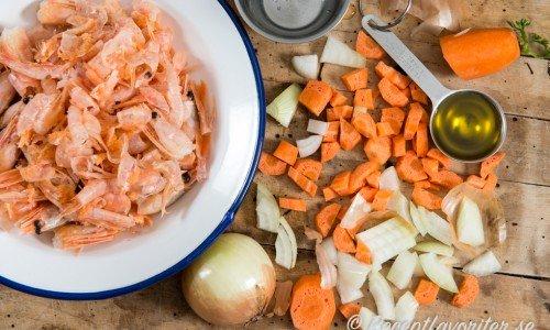 Det räcker med enbart räkskalen men grönsaker som morötter, lök och vitlök ger god smak.