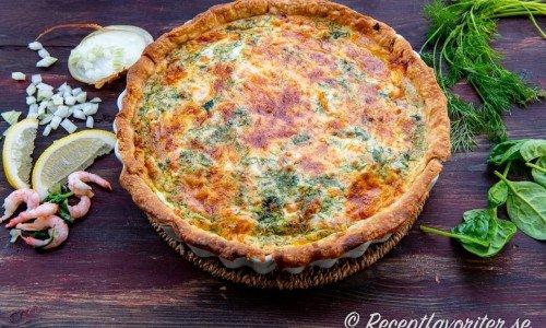 En nygräddad varm paj med räkor, spenat och mozzarella.