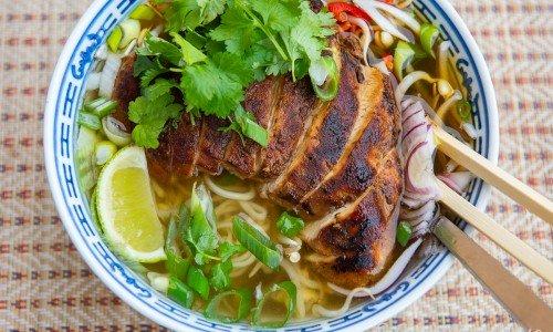 Ramen nudelsoppa med kycklingfilé i köpt eller hemkokt kycklingbuljong samt grönsaker.