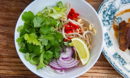 Grönsaker till soppan i en skål
