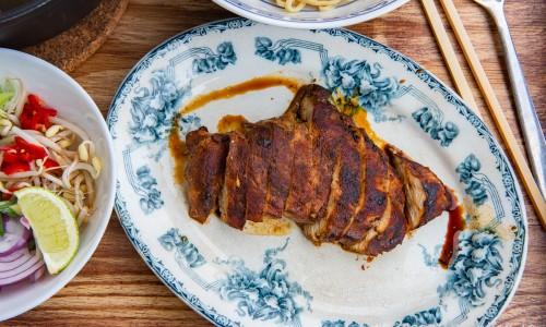 En bit kycklingfilé stekt med marinad