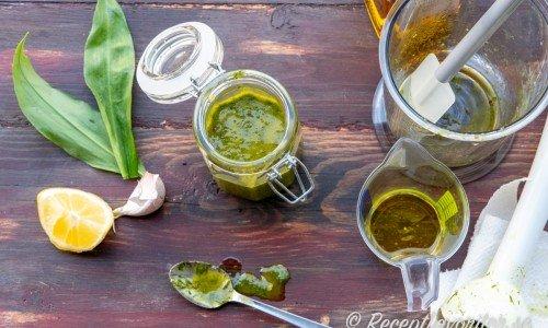 Jag mixade ramslöken med en stavmixer till en slät fin grön olja.