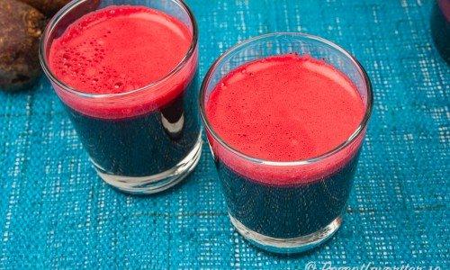 Rödbetsjuice eller rödbetsråsaft i glas