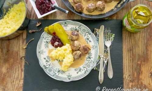 Renfärsbullar med en enkel gräddsås smaksatt med trattkantareller, potatisstomp, saltgurka och lingon.