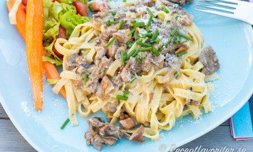 Renskav med pasta på tallrik