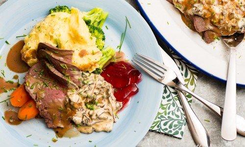 Ett förslag på tillbehör till rensteken med kantarellsås är mos, kokta grönsaker och gelé.