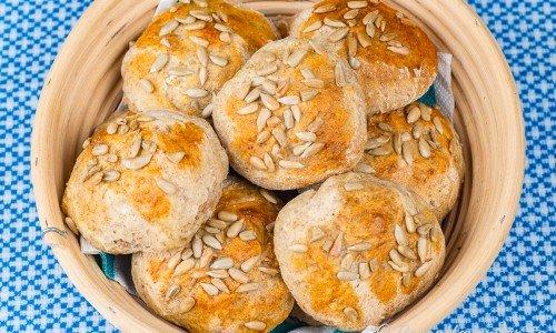 Restaurangbröd, bullar eller kuvertbröd i korg