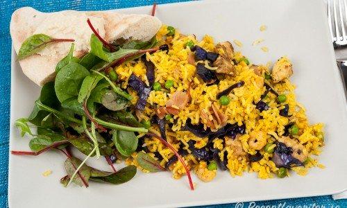 Rispytt med kyckling och curry, grönsallad och Samonbröd med hummus.