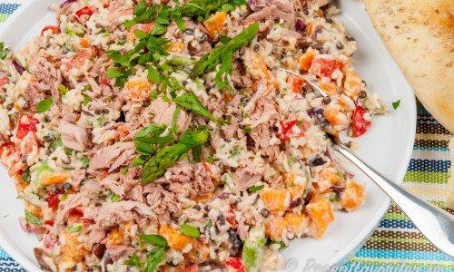En matig kall sallad med kokt ris i dressing toppad med tonfisk, sparris, linser, paprika och tomat med mera.