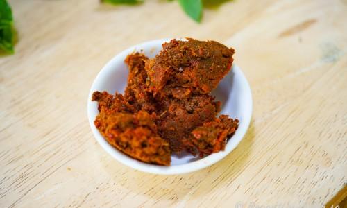 Röd currypasta i skål