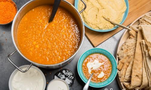 Röd linssoppa är lätt att koka till många eller att spara och frysa in. Bara att fräsa lök, vitlök och tomatpuré samt på med linser med mera och späda med vatten efter hand till lagom tjock soppa.