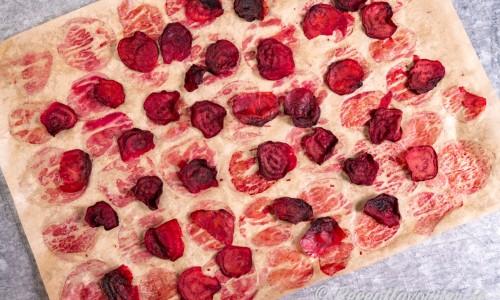 Rostade och torkade tunna skivor av rödbetor blir goda chips.
