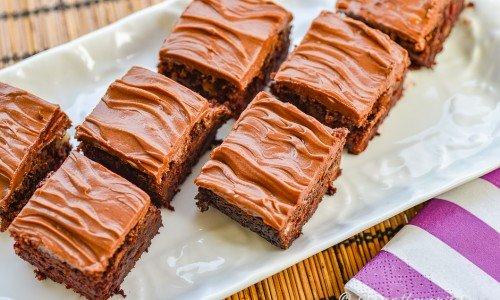 Rödbetskaka eller rödbetsrutor med choklad och glasyr upplagda på fat