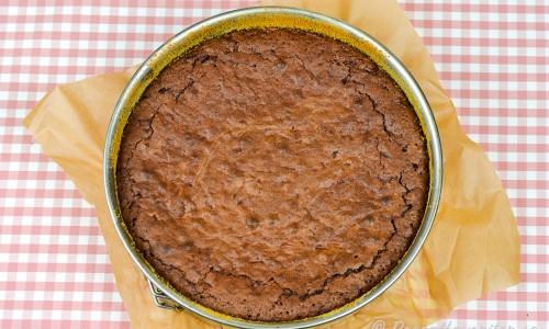 Kakan kan bakas i en rund springform med löstagbara kanter, liten rektangulär bakform eller en avlång brödform.