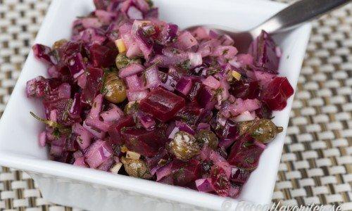 En sallad med hackad rödbetor blandade med hackad dill, rödlök och kapris. Söta rödbetor, salt kapris och syrlig ättika blir mycket gott ihop.