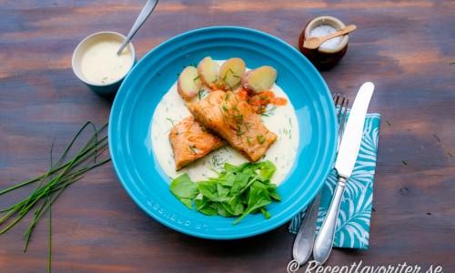 Stekt röding med Sandefjordsås, gräslök, rom, babyspenat och kokt potatis.