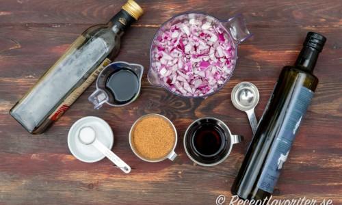 Ingredienser till rödlöksmarmeladen: olivolja, rödlök, salt, brun farin, röd vinäger och rött vin.