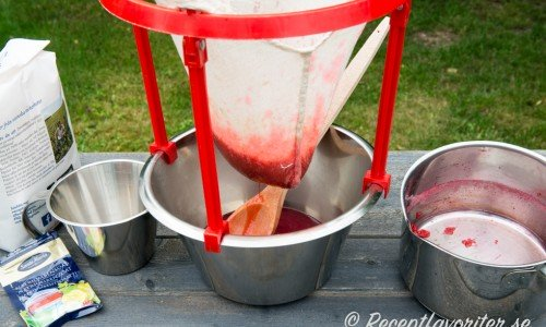 Låt saften självrinna ett tag och vrid sedan försiktigt ut den sista saften.