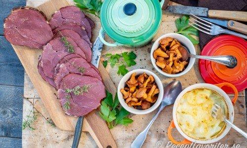 Fin svensk varmrökt vildsvinsstek av fransyskan från vildsvin serverad med tillbehör