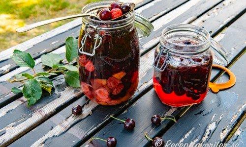 Romtopf i burkar med bär och frukt i sockerlag och rom
