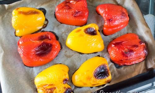 Paprika-halvorna rostas som de är i ungen tills de fått färg.