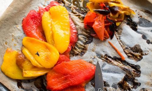 Rostad paprika- ettgrundrecept på hur du rostar röd och gul paprika i ugnen som du sedan enkelt skalar.