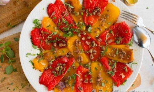 En variant med rostad paprika toppad med fin olivolja, pressad vitlök, hackade sardeller, hackad kapris, färsk hackad oregano, flingsalt och nymalen svartpeppar.