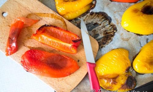 Dela varje halva i ytterligare två bitar och dra av skalet. Då får du 2 paprika-bitar vardera.