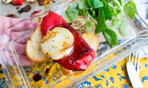 Rostad paprika med gratinerad Chèvre, honung, balsamvinäger, olivolja, flingsalt och svartpeppar på crostinis samt machésallad.