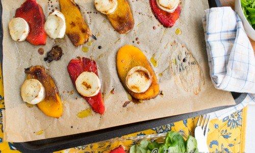 Ringla över lite olivolja, balsamvinäger, flingsalt och nymalen svartpeppar och servera. Kan även läggas upp på finare fat eller portionsvis på tallrikar.