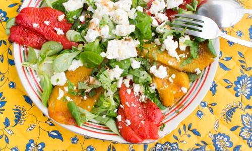 Rostad paprika med fetaost, olivolja, balsamvinäger, machésallad och nymalen svartpeppar.
