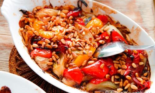 Ugnsrostad paprika med lök och pinjenötter i form