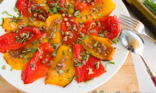 Rostad paprika med sardeller, kapris, vitlök och färsk oregano - smaker som passar mycket bra ihop.