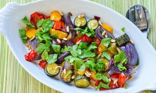 Rostad paprika och zucchini passar som grönsakstillbehör till grillat, fest, buffé eller till det mesta.