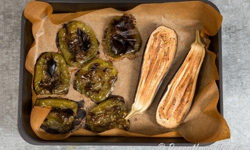Du kan rosta paprika och aubergine i ugnen eller grilla dem på utegrill.