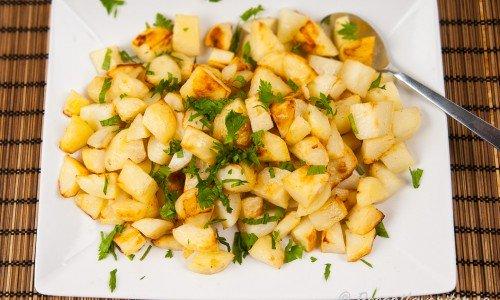 Ugnsrostad tärnad potatis på fat.
