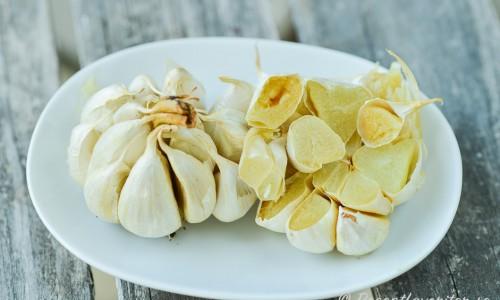 Rostad vitlök blir mild, sötaktig och så mjuk att den kan halveras och klämmas ur sitt skal. Gillar du vitlök så måste du prova.