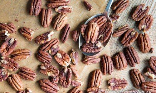 Rostade pekannötter är goda som snacks eller garnering eller fyllning till bakverk och pajer