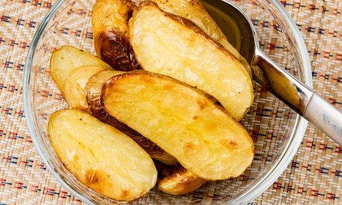 Rostade potatishalvor i skål
