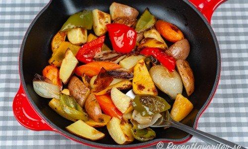 Rostade rotfrukter med paprika och lök i Le Creuset panna.
