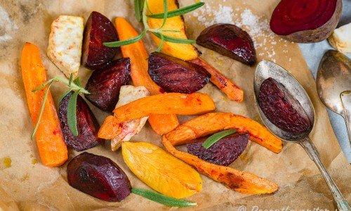 Rostade rotfrukter med rödbetor på bakplåtspapper
